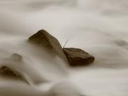 Steine an einer Sohlschwelle im Lech